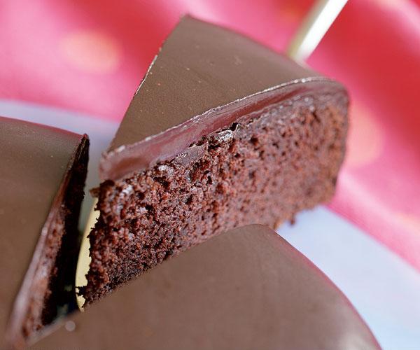 Easy Chocolate Fudge Cake Recipe: Moco-choco