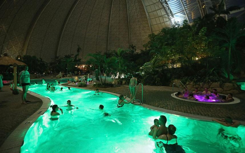 Tropical islands resort in airship hangar brandenburg - Indoor swimming pool berlin ...